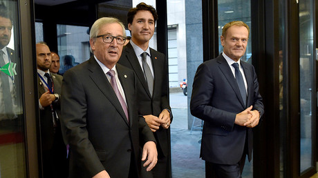 Canada's Prime Minister Justin Trudeau arrives with European Council President Donald Tusk (R) and European Commission President Jean-Claude Juncker (L) to sign the Comprehensive Economic and Trade Agreement (CETA) at the European Council in Brussels, Belgium, October 30, 2016 © Eric Vidal