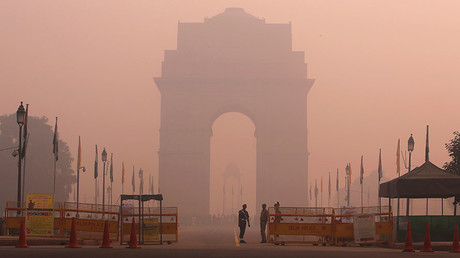 Security personnel stand guard in front of the India Gate amidst the heavy smog in New Delhi, October 31, 2016. © Adnan Abidi