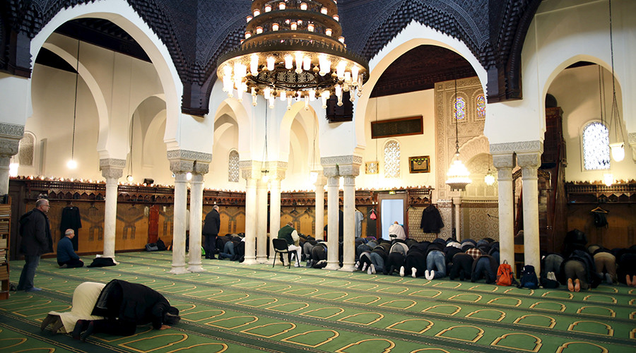 Members of the Muslim community pray in the Paris Grand Mosque during an open day weekend for mosques in France © Charles Platiau
