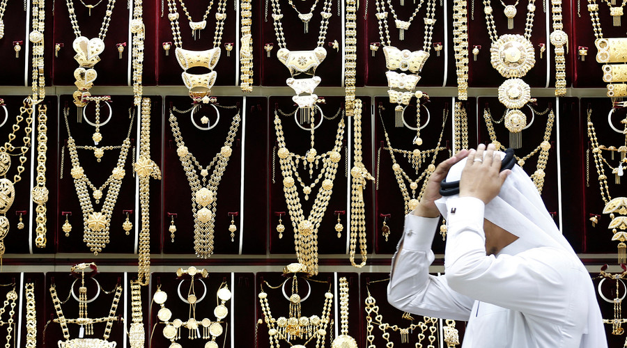 A Saudi man adjusts his headdress at a jewellery shop in Riyadh, Saudi Arabia © Faisal Al Nasser