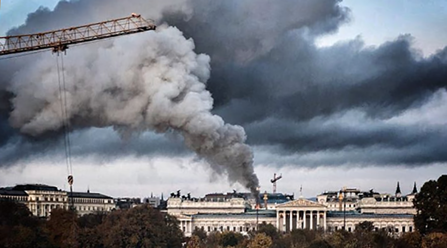 Blaze & thick smoke engulf roof of Austrian parliament building in Vienna (PHOTOS, VIDEO)