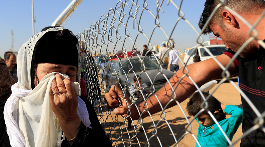 People see their relatives who had fled from Mosul at a fence surrounding Al-Khazer refugee camp, east of Mosul, Iraq November 4, 2016. © Thaier Al-Sudaini