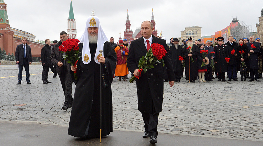November 4, 2016. President Vladimir Putin and Patriarch of Moscow and All Russia Kirill lay flowers at the monument to Minin and Pozharsky on Red Square as part of events marking National Unity Day © Alexey Druzhinin