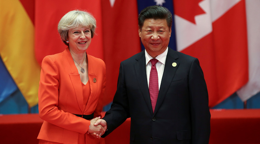 Chinese President Xi Jinping (R) shakes hands with Britain's Prime Minister Theresa May © Damir Sagolj