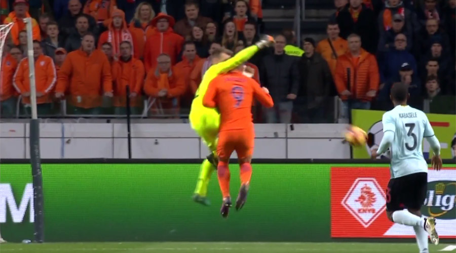 Netherlands striker 'loses memory for 20 minutes' after sickening collision (VIDEO)