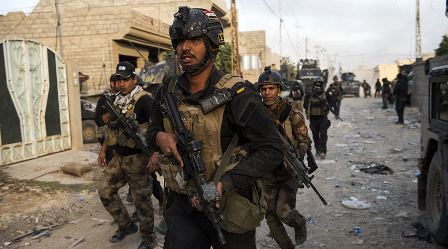 Soldiers from the Iraqi Special Forces 2nd division run to take up positions as forces engage Islamic State fighters pushing through the Samah area and into the Arbagiah neighbourhood of Mosul on November 11, 2016. © Odd Odd Andersen