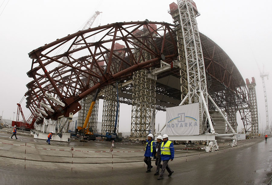 Staff work on the New Safe Confinement (NSC) structure at the site of the Chernobyl nuclear reactor November 27, 2012. © Anatolii Stepanov