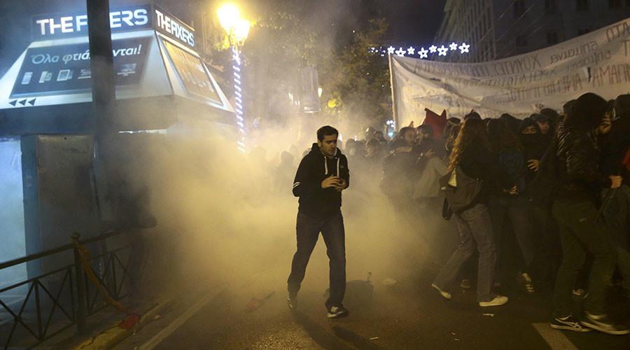 Onlar Alkis Konstantinidis © Atina, Yunanistan, 15 Kasım 2016 yılında ABD Başkanı Barack Obama ziyareti, karşı bir gösteri sırasında çevik kuvvet polisle çatıştı olarak Protestocular göz yaşartıcı gaz kaçmak