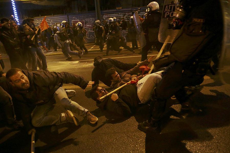 Protestocular Alkis Konstantinidis © Atina, Yunanistan, 15 Kasım 2016 yılında ABD Başkanı Barack Obama ziyareti, karşı bir gösteri sırasında polisle çatıştı