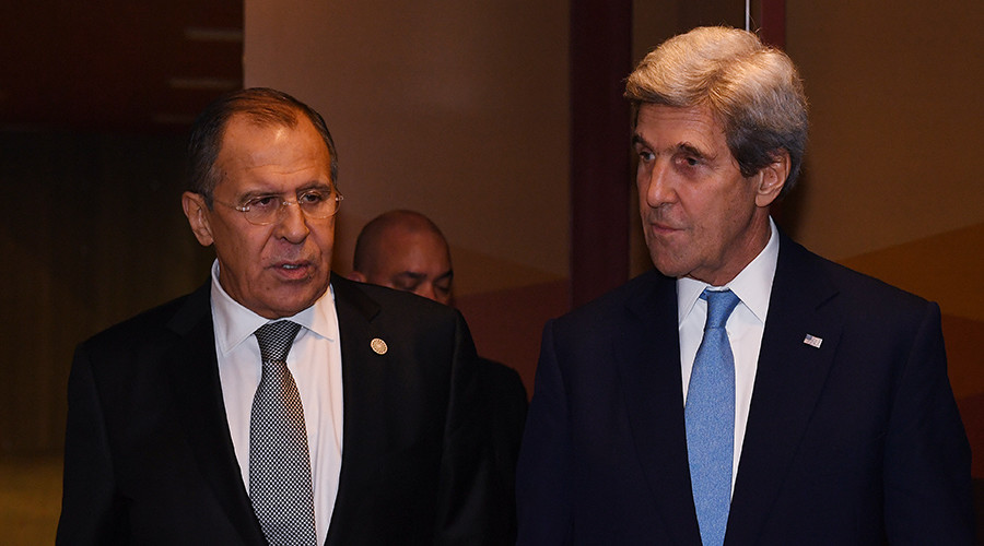 Russian Foreign Minister Sergey Lavrov (L) and US Secretary of State John Kerry (R) leave after their bilateral meeting at the APEC Ministers Summit in Lima, Peru on November 17, 2016 © Mark Ralston