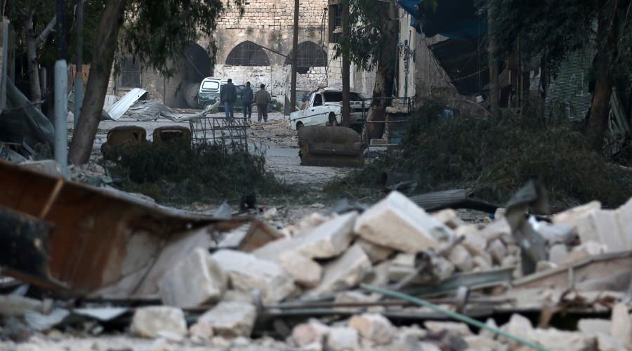 الناس يدخلون قرب أنقاض المباني المدمرة، في منطقة يسيطر عليها المتمردون المحاصرة حلب، سوريا 19 نوفمبر 2016. © Abdalrhman إسماعيل