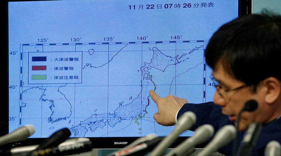 Japan Meteorological Agency's earthquake and volcano observations division director Koji Nakamura points at a map showing earthquake information during a news conference in Tokyo, Japan November 22, 2016. ©Toru Hanai