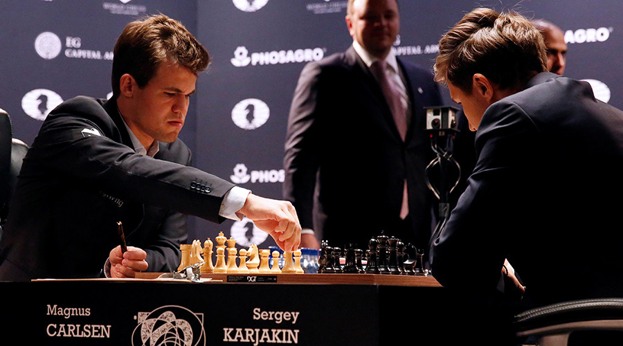 Magnus Carlsen (L), of Norway, makes a move against Sergey Karjakin, of Russia, during their opening match in the 2016 World Chess Championship in New York U.S., November 11, 2016 © Shannon Stapleton