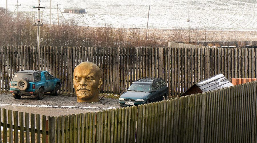 Giant Lenin head turns up in Belarusian parking lot (PHOTOS)