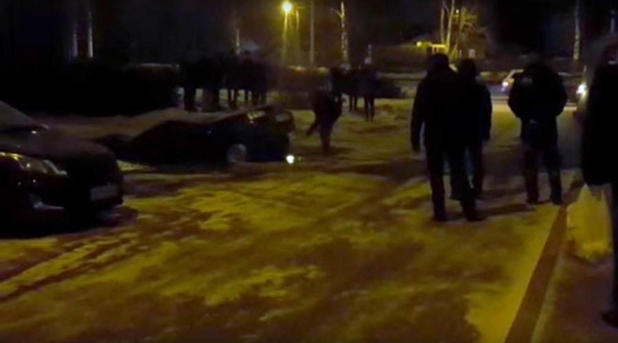 6-meter sinkhole swallows Russian car (VIDEO)