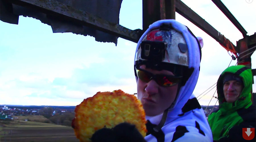 Biscuit-dunking bungee world record? No problem, Belarusian dips potato pancake in cream mid-air