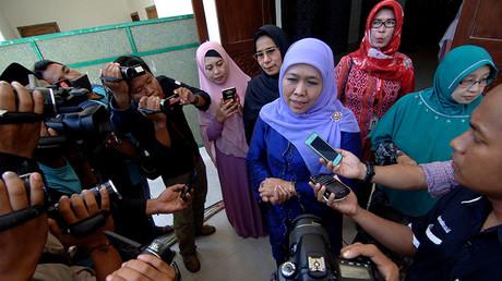 Indonesian social affairs minister Khofifah Indar Parawansa (C) talks to reporters at Al-Amien Islamic boarding school in Sumenep, Indonesia, October 30, 2016. ©Antara Foto / Saiful Bahri