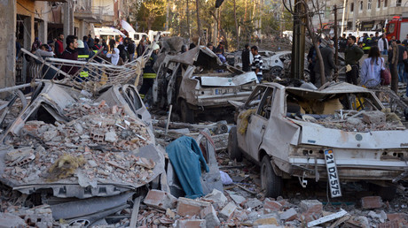 Damaged cars are seen on a street after a blast in Diyarbakir, Turkey, November 4, 2016. © Ihlas News Agency via Reuters