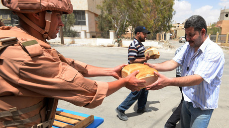 Russian soldiers distribute bread to Syrian residents. © Mikhail Voskresenskiy