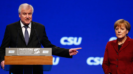 Bavarian Prime Minister and head of the Christian Social Union (CSU) Horst Seehofer welcomes German Chancellor Angela Merkel to the Christian Social Union (CSU) party congress in Munich, Germany November 20, 2015 © Michael Dalder