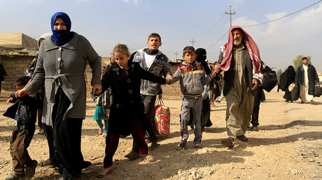 A family fleeing fighting between the Islamic State and Iraqi army in Intisar district of eastern Mosul, make their way to safer territory, Iraq November 8, 2016 © Zohra Bensemra