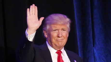 Republican U.S. president-elect Donald Trump waves at his election night rally in Manhattan, New York, U.S., November 9, 2016. ©Carlo Allegri
