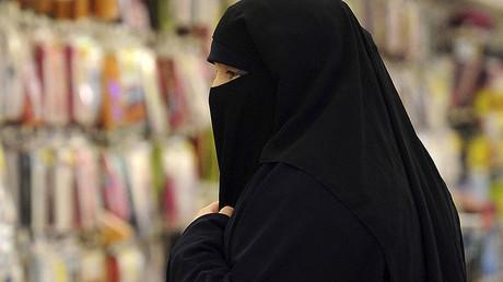 A woman wearing a niqab © Farid Alouache