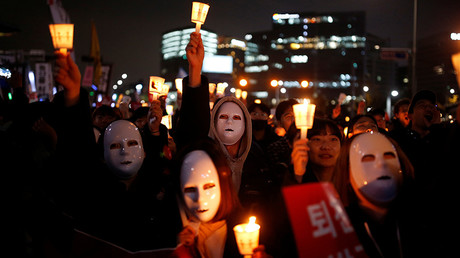 People march toward the Presidential Blue House during a rally demanding President Park Geun-hye to step down in central Seoul, South Korea, November 12, 2016 © Kim Hong-Ji