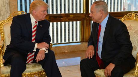 Israeli Prime Minister Benjamin Netanyahu (R) speaks to Republican U.S. presidential candidate Donald Trump during their meeting in New York, September 25, 2016. © Kobi Gideon