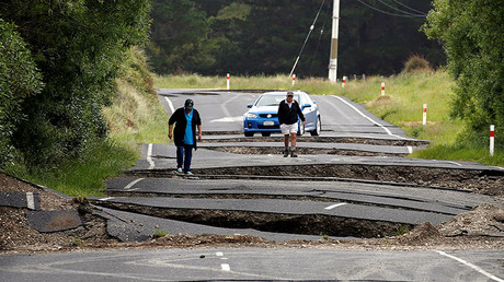 Local residents Chris and Viv Young look at damage caused by an earthquake along State Highway One, south of the township of Blenheim on New Zealand's South Island, November 14, 2016. © Anthony Phelps