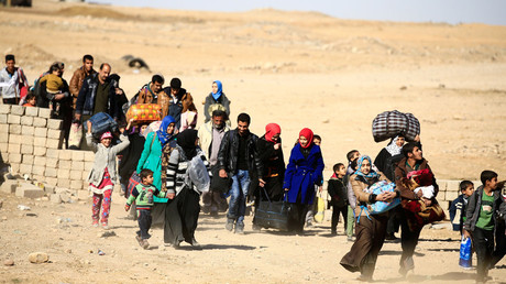 Displaced people fleeing from Islamic State militants in Tahrir neighborhood, walk in Mosul, Iraq November 22, 2016. © Thaier Al-Sudani