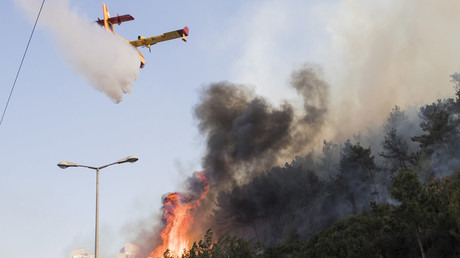 An Israeli firefighter plane extinguishing a fire in the northern Israeli port city of Haifa on November 24, 2016. © JACK GUEZ