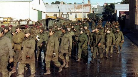 Argentine prisoners of war – Port Stanley © Wikipedia