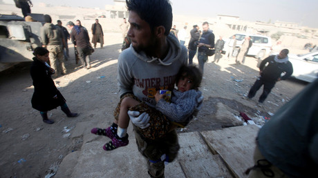 A member of Iraqi special forces carries an injured girl from clashes in Mosul, Iraq, November 29, 2016. © Khalid al Mousily