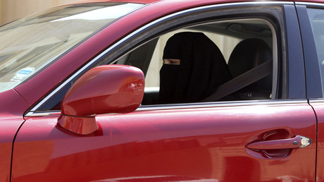 A woman drives a car in Saudi Arabia © Faisal Al Nasser