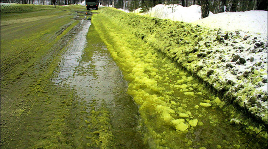 Snow joke! Bright green slush appears in Siberian city (PHOTOS, VIDEO)