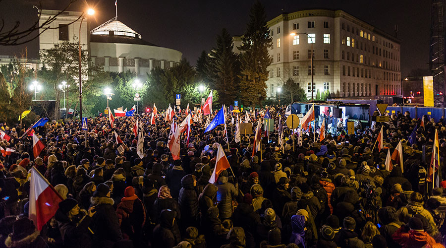 Polish police use force as thousands block parliament protesting media restrictions law (VIDEO)