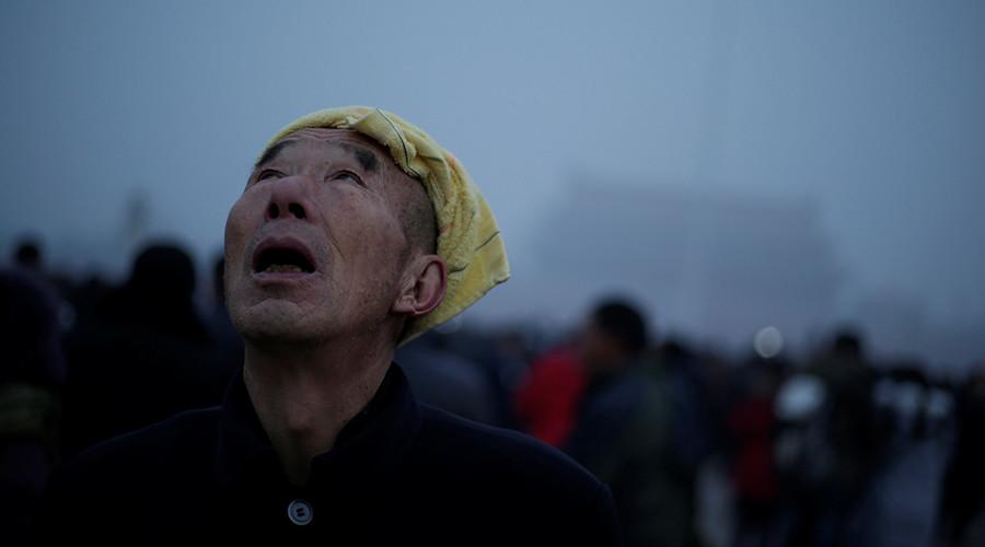 Sinister smog engulfs Beijing, netizens imagine alien invasion (PHOTOS)