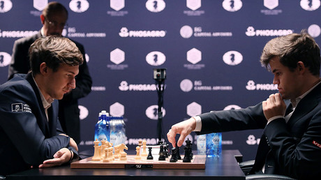Sergey Karjakin of Russia and current World Chess Champion Magnus Carlsen of Norway (R) play the first game of their rapid chess tie-breaker match, at the 2016 World Chess Championship match in New York, U.S., November 30, 2016 © Mark Kauzlarich
