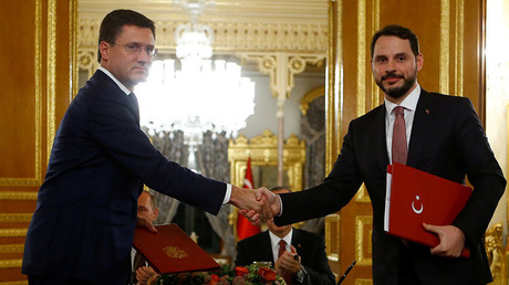 Russian Energy Minister Alexander Novak (L) shakes hands with his Turkish counterpart Berat Albayrak after signing an agreement in Istanbul, Turkey, October 10, 2016. ©Osman Orsal