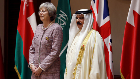 British Prime Minister Theresa May (L) arrives with Bahrain's King Hamad bin Isa Al Khalifa, (R) for a group photo with the Gulf Cooporative Council's (GCC) leaders during the first GCC British Summit, in Sakhir Palace Bahrain, December 7, 2016. © Hamad I Mohammed