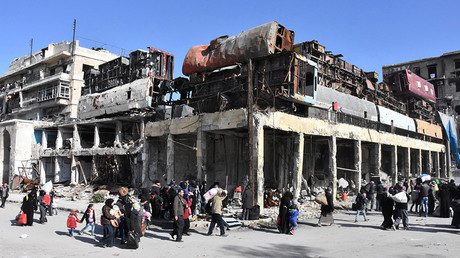 People, who left the eastern districts of Aleppo, carry their belongings as they walk in a government held area of Aleppo, Syria, in this handout picture provided by SANA on December 8, 2016 © SANA