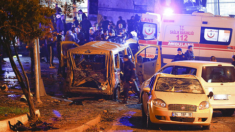 Police arrive at the site of an explosion in central Istanbul, Turkey, December 10, 2016. © Murad Sezer