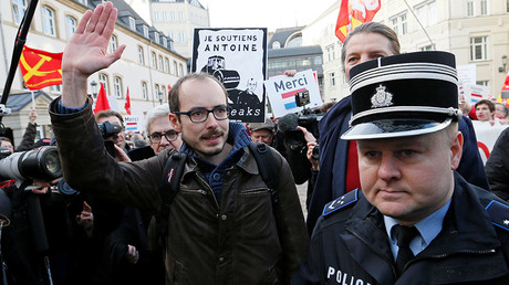 Former PricewaterhouseCoopers employee Antoine Deltour (C) is escorted by police as he arrives for the LuxLeaks trial before an appeal court in Luxembourg, Luxembourg December 12, 2016. © Yves Herman