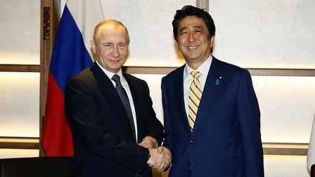 Russian President Vladimir Putin shakes hands with Japanese Prime Minister Shinzo Abe during their meeting in Nagato, Japan, December 15, 2016. ©Alexander Zemlianichenko