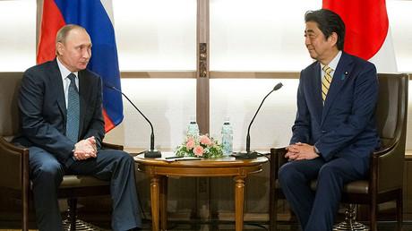 Japanese Prime Minister Shinzo Abe listens to Russian President Vladimir Putin during their meeting at a hot springs resort in Nagato, Japan, December 15, 2016. ©Alexander Zemlianichenko