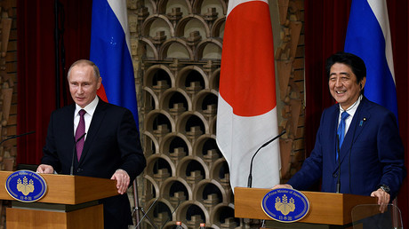 Russian President Vladimir Putin (L) and Japanese Prime Minister Shinzo Abe attend their joint press conference at Abe's official residence in Tokyo, Japan, December 16, 2016 © Franck Robichon