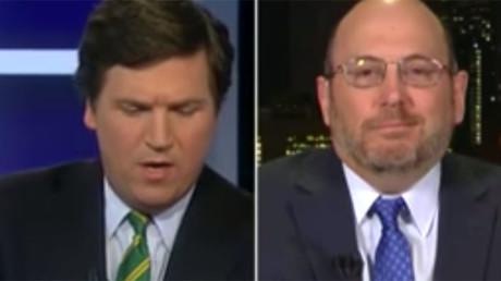 Fox News host Tucker Carlson (L) interviews Newsweek writer Kurt Eichenwald (R) © Fox News