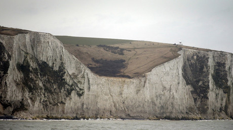 People walk along the tops of the White Cliffs of Dover, in Britain © Phil Noble