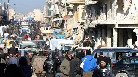 Rebel fighters and civilians wait near damaged buildings to be evacuated from a rebel-held sector of eastern Aleppo, Syria December 18, 2016 © Abdalrhman Ismail
